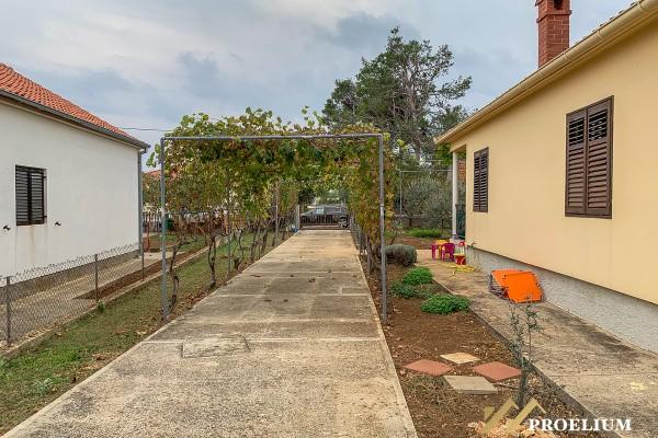 Kuća sa okućnicom, 1000 m2, svega 300 m od mora!